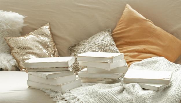 Gezellige huiselijke sfeer met boeken in het interieur. Premium Foto