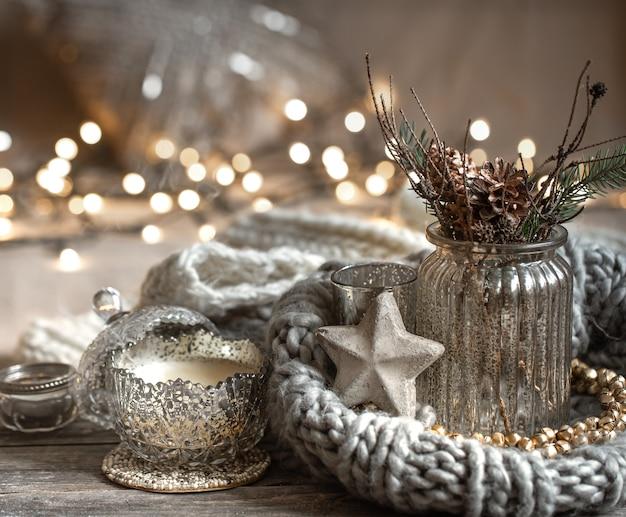 Gezellige kerstsamenstelling met kaarsen in een decoratieve kandelaar. het concept van wooncomfort en warmte. Gratis Foto