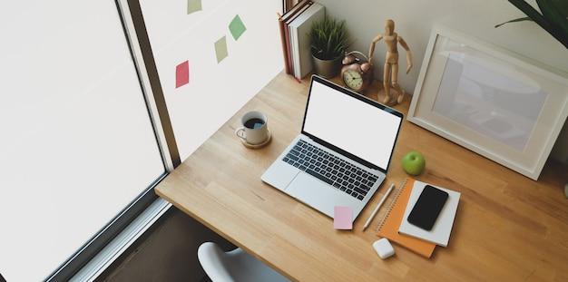 Gezellige werkplek met open laptop met leeg scherm Premium Foto