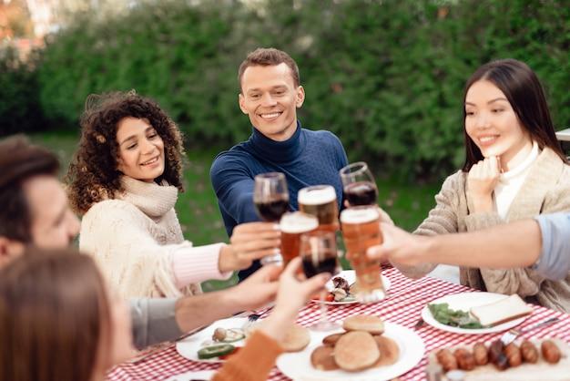 Gezelschap van jonge mensen drinken. Premium Foto
