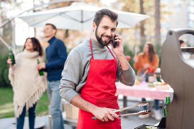 Gezelschap van mensen kwamen samen voor een barbecue. Premium Foto