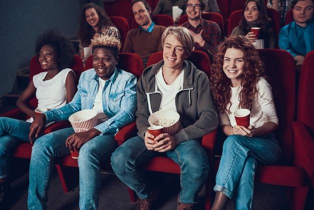 Gezelschap van vrienden kijkt komedie in de bioscoop Premium Foto