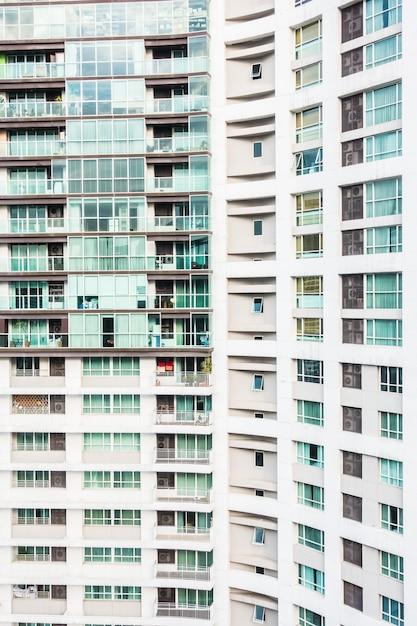 Gezicht op gebouwen met ramen en balkons Gratis Foto