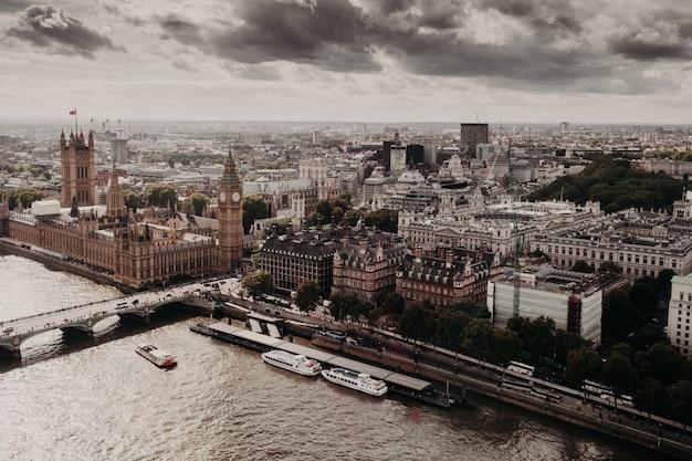 Gezicht op londen met zijn beroemde gebouwen: big ben, palace of westmisnter, westmisnter bridge Premium Foto