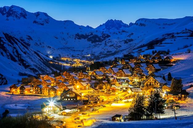 Gezicht op saint jean d'arves 's nachts in de winter, frankrijk Premium Foto