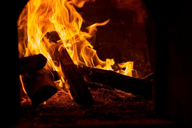 Gezicht op vlam geproduceerd door een kampvuur Premium Foto