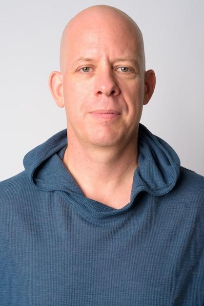 Gezicht van volwassen knappe kale man met hoodie Premium Foto