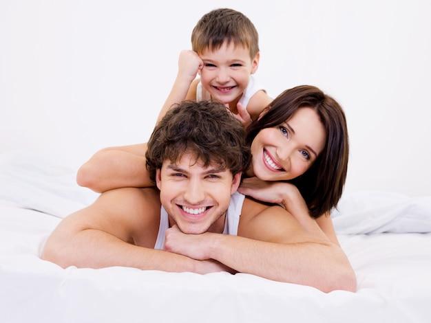 Gezichten van de gelukkige en vreugdevolle gezinsmensen Gratis Foto