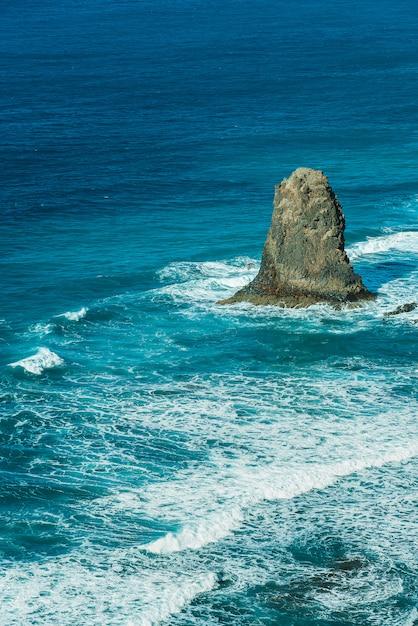 Gezichtspunt op beroemde benijo-rots met het verpletteren van oceaangolven gelegen bij benijo-strand hierboven wordt gezien die van, tenerife, spanje. Gratis Foto