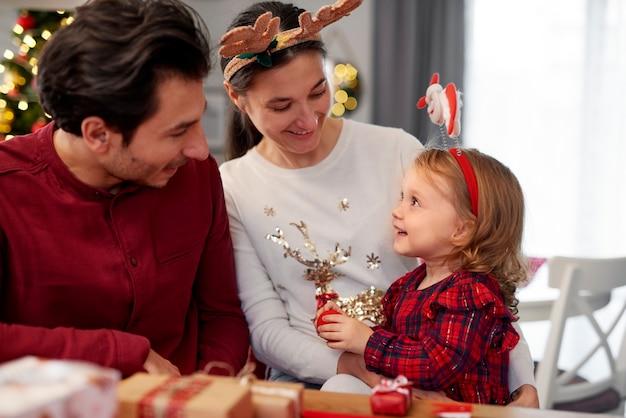 Gezin met baby in de kersttijd Gratis Foto