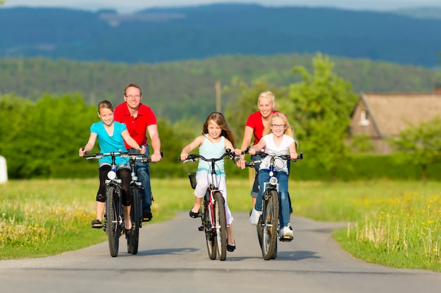 Gezin met kinderen fietsen in de zomer met fietsen Premium Foto
