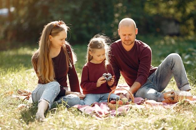 Gezin met schattige kinderen in een herfst park Gratis Foto