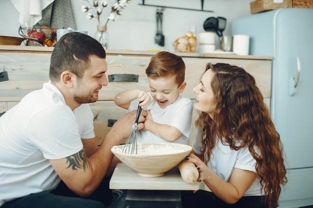 Gezin met zoontje in een keuken Gratis Foto