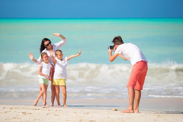 Gezin van vier fotograferen van een selfie op hun strandvakantie. familie strandvakantie Premium Foto