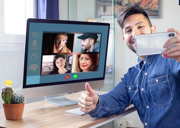 Gezinnen die op afstand communiceren via videoconferentie, kunnen worden gezien Premium Foto