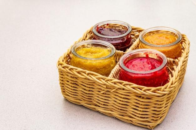 Gezond biologisch zelfgemaakt assortiment van fruitpuree Premium Foto