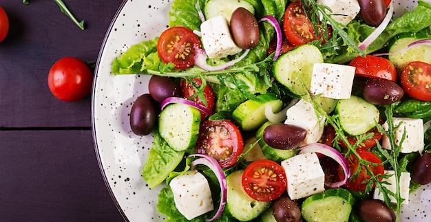 Gezond eten. griekse salade met verse groenten Premium Foto