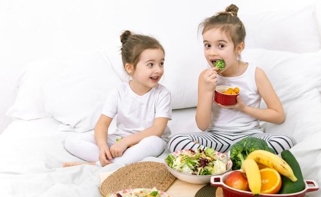Gezond eten, kinderen eten groenten en fruit. Gratis Foto