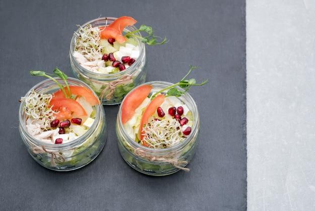 Gezond eten, menu met microgreens. salade met micro greens assortiment. biologische groenten, kaas en kip. gezonde levensstijl en het eten van juiste concept, copyspace. Premium Foto