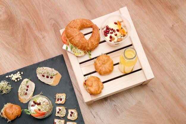Gezond eten, menu met microgreens. vegetarische broodjes met micro greens assortiment. vegan party eten tafel met biologische groenten canapeetjes. gezonde levensstijl en eten juiste concept, bovenaanzicht. Premium Foto