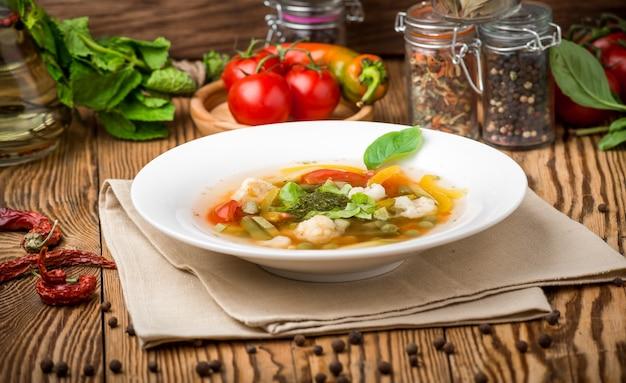 Gezond eten mooi en smakelijk eten op een bord Premium Foto