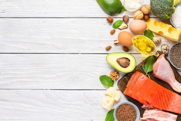 Gezond eten voedsel koolhydraatarm ketoketogeen dieet hoog met omega 3, goede vetten en eiwitten. bovenaanzicht Premium Foto