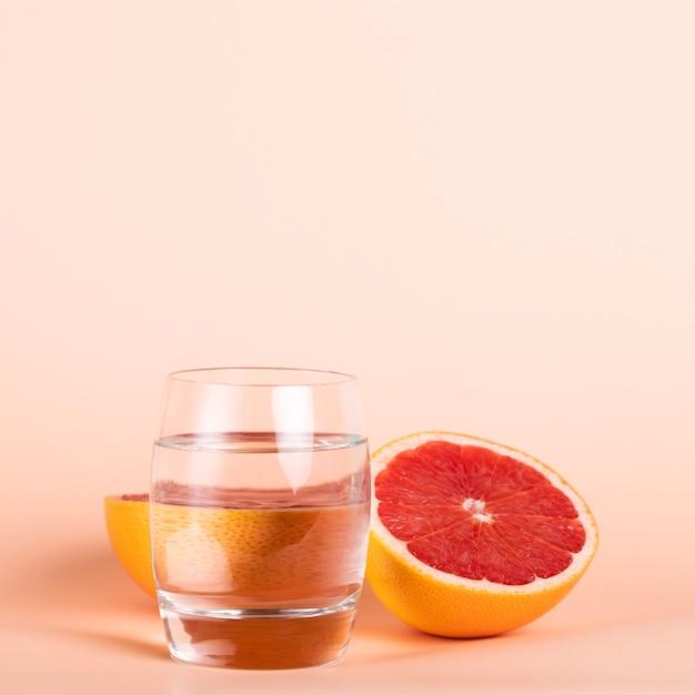 Gezond heerlijk fruit met glas water Gratis Foto