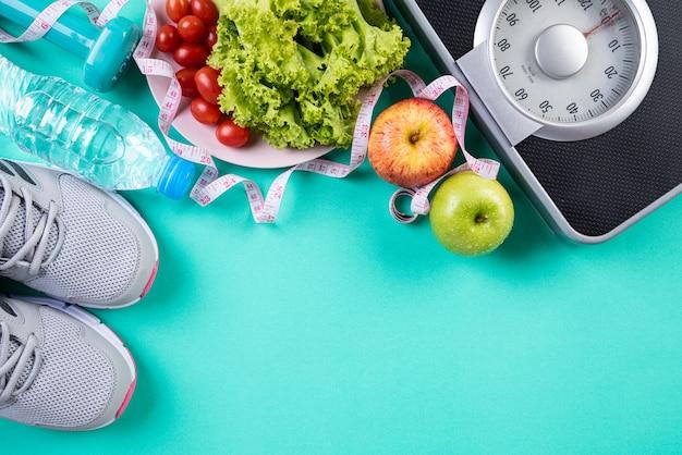 Gezond levensstijl, voedsel en sportconcept op groene pastelkleurachtergrond. Premium Foto