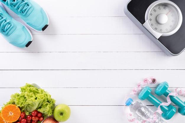 Gezond levensstijl, voedsel en sportconcept op wit hout Premium Foto