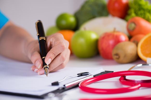 Gezond levensstijl, voedsel en voedingsconcept op bureau op achtergrond. Premium Foto