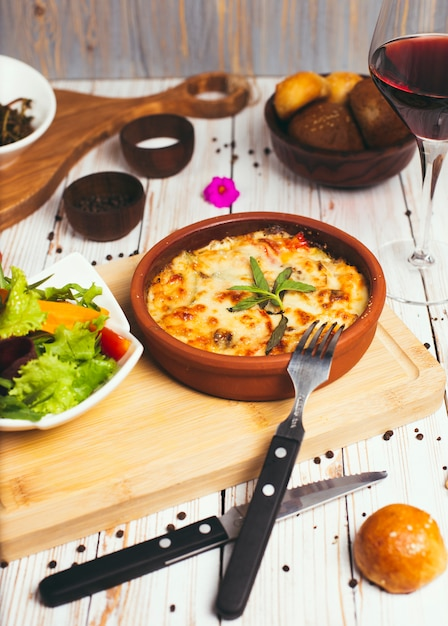 Gezond ontbijt. lasagne, of braadpan, of een vleespastei gebakken in de oven met plantaardige salade Gratis Foto