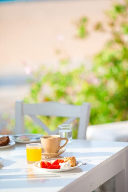 Gezond ontbijt op terras Premium Foto