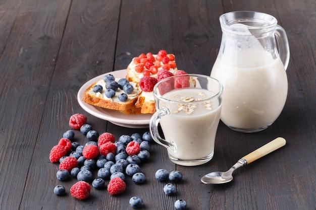 Gezond ontbijt 's nachts haver met verse bessen in een glazen pot Premium Foto