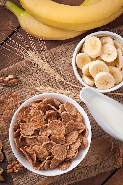Gezond ontbijt - volkoren muesli in een witte kom Premium Foto