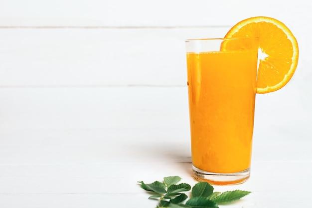 Gezond sinaasappelsap op wit Premium Foto
