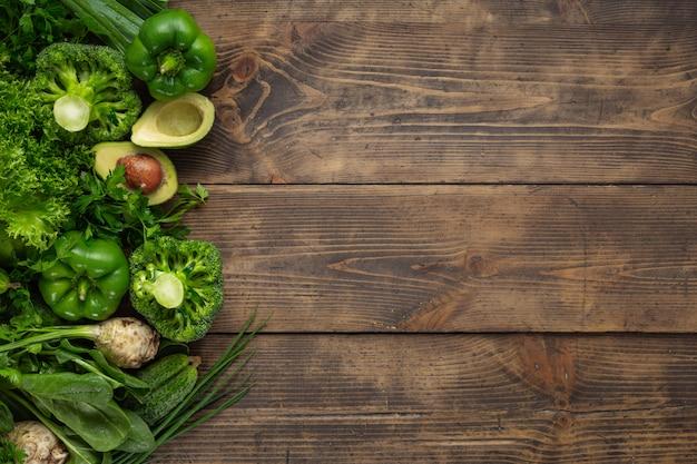 Gezond veganistisch en vegetarisch eten. groene groenten dieet eten concept Premium Foto