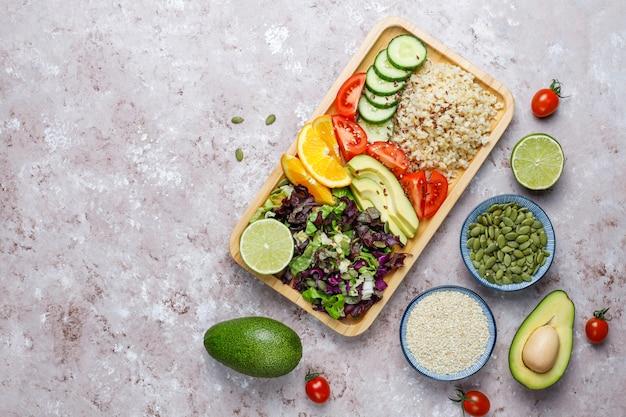 Gezond vegetarisch uitgebalanceerd voedselconcept, verse groentesalade, de kom van boedha Gratis Foto