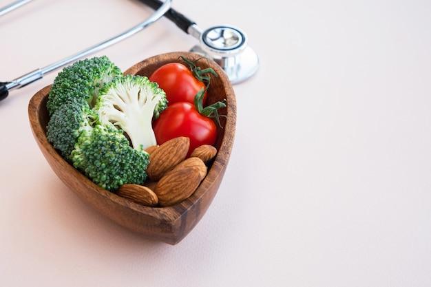 Gezond voedsel voor hart op lichte achtergrond. Premium Foto