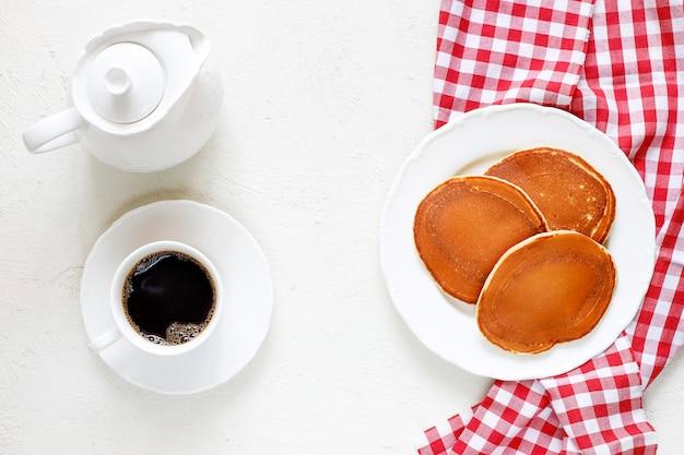 Gezond zomerontbijt, zelfgemaakte klassieke amerikaanse pannenkoeken met verse bessen en honing Premium Foto