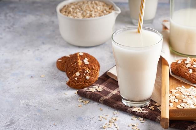 Gezonde alternatieve melk. zelfgemaakte eiken melk in glas en fles op lichte tafel lactose gratis copyspace Premium Foto