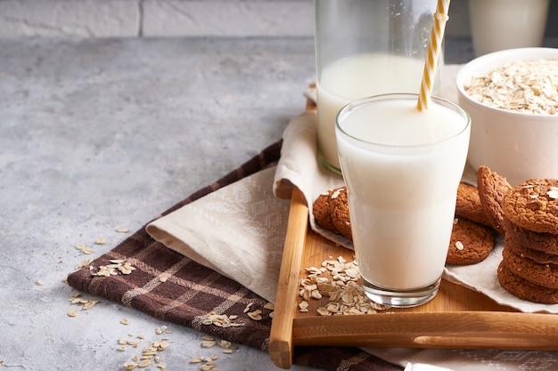 Gezonde alternatieve melk. zelfgemaakte eikenmelk in glas en fles op lichte tafel lactose vrij Premium Foto