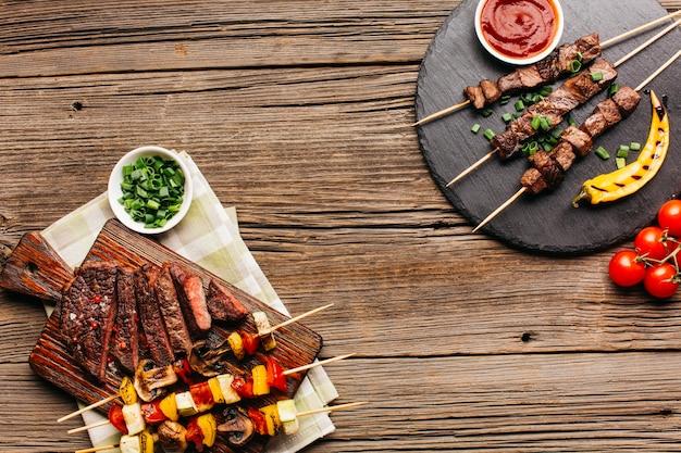 Gezonde barbecuespies en gegrilde biefstuk voor de lunch Gratis Foto