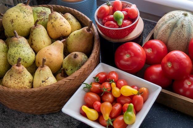 Gezonde biologische peren en tomaten Premium Foto