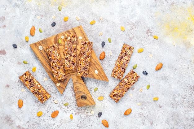 Gezonde delicios granola repen met chocolade en mueslirepen met noten en droog fruit Gratis Foto