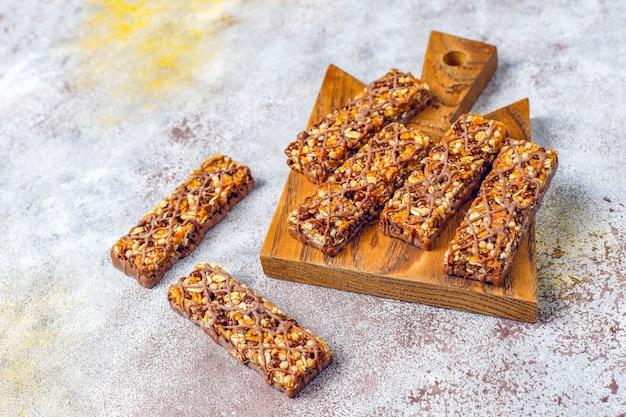 Gezonde delicios mueslirepen met chocolade, mueslirepen met noten en droge vruchten, bovenaanzicht Gratis Foto