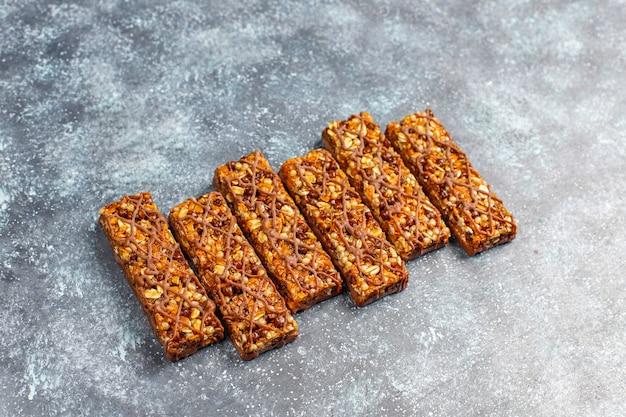 Gezonde delicios mueslirepen met chocolade, mueslirepen met noten en droog fruit Gratis Foto