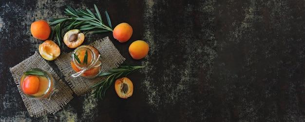Gezonde detox drinken abrikoos met rozemarijn. Premium Foto