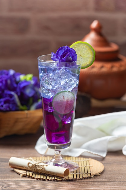 Gezonde drank, organische blauwe erwten bloementhee met citroen en limoen. Gratis Foto