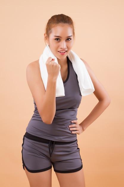 Gezonde en gelukkige aziatische vrouw die zich uitstrekt Premium Foto