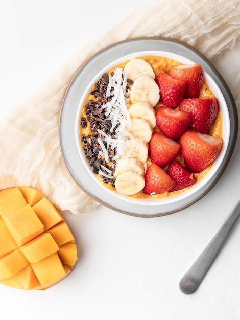 Gezonde havermout met vers fruit als ontbijt Gratis Foto